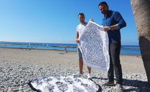 Maxime Fernandez (à dr.) et Antony Dalon vendent 500 serviettes rondes par été.