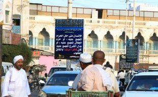 Un panneau d'Al-Qaïda vantant l'ordre islamiste  dans une rue de Moukalla, au Yémen, le 3 mai 2016
