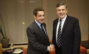 Nicolas Sarkozy et Gordon Brown, lors d'une réunion en marge du sommet européen à Bruxelles (Belgique), le 10 décembre 2009