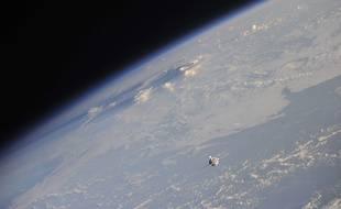 Vue de la terre et de la fusée Soyouz de la Station spatiale internationale.