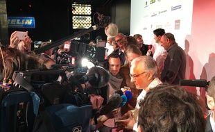 Alain Ducasse entouré de journaliste après l'annonce du palmarès du guide Michelin 2016