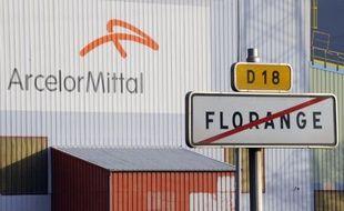 Une cinquantaine de syndicalistes de l'usine ArcelorMittal de Florange (Moselle) a entamé le blocage d'une gare interne au site industriel mardi soir pour protester contre le projet d'arrêt des hauts fourneaux, a-t-on indiqué de source syndicale.
