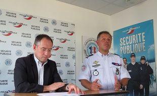 Bernard Lehir, chef de la Sûreté Départementale ( à gauche) et le Major Frédéric Friscourt du pôle communication prévention partenariat,