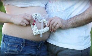 Illustration d'un couple qui attend un enfant.