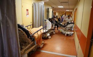 Des patients attendent dans le couloir d'être pris en charge, le 21 novembre 2017, à l'hôpital de Bastia en Corse.