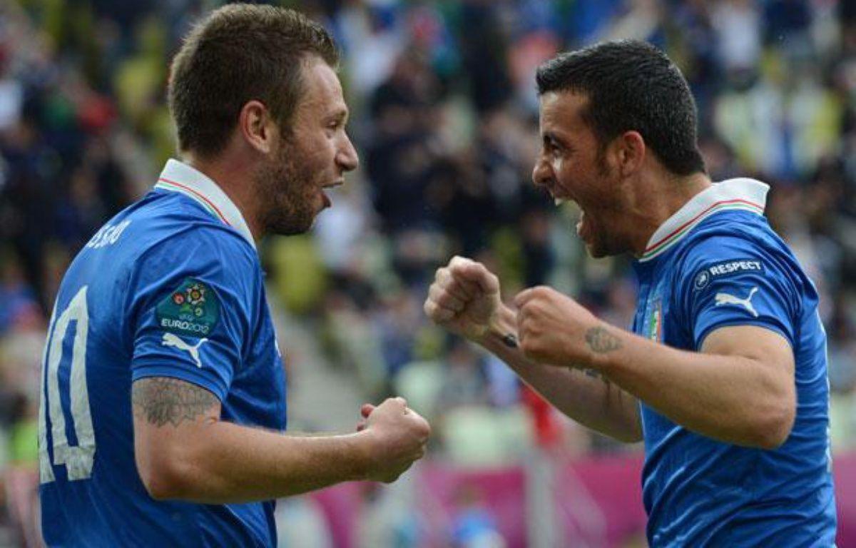 AntonioCassano et Antonio Di natale se congratulent après un but contre l'Espagne, le 10 juin 2010, à Gdansk. – CHRISTOF STACHE / AFP