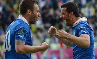 AntonioCassano et Antonio Di natale se congratulent après un but contre l'Espagne, le 10 juin 2010, à Gdansk.