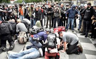 Des manifestants viennent en aide à des blessés lors de la manifestation contre la loi travail, le 14 juin 2016 à Paris