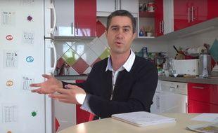 Le député François Ruffin dans l'une de ses vidéos YouTube.