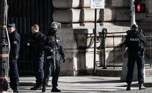 Des policier en faction près du musée du Louvre, à Paris, le 3 février 2017.