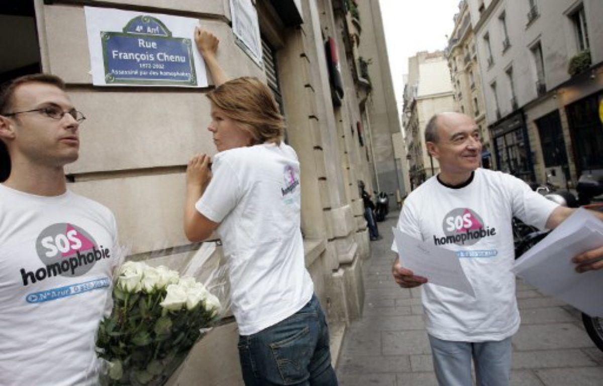 Des militants de SOS Homophobie participant à une action en 2005 à Paris. – BERTRAND GUAY / AFP