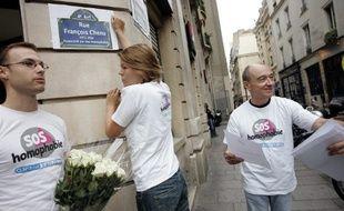 Des militants de SOS Homophobie participant à une action en 2005 à Paris.