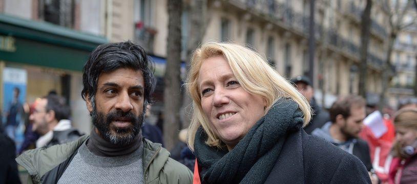 Danielle Simonnet et l'ex-footballeur Vikash Dhorasoo le 8 décembre, à Mantes la Jolie.