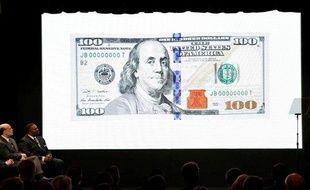 Le Secrétaire au Trésor américain, Timothy Geithner et le président de la Réserve fédérale Ben Bernanke regarde une vidéo présentant le nouveaux billet de 100 dollars le 21 avril à Washington.