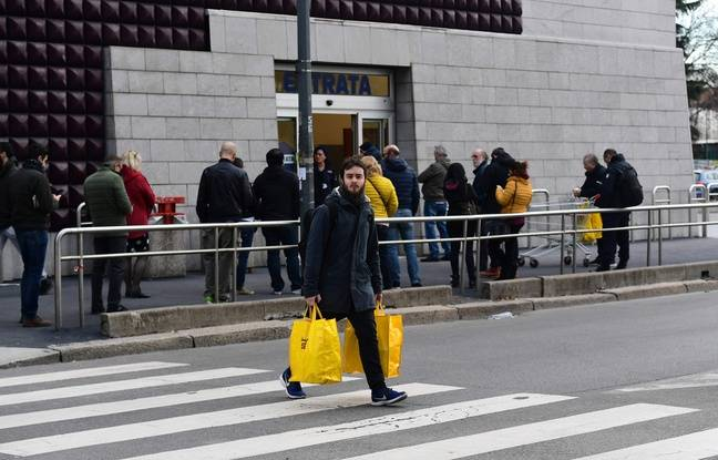 Queue devant un supermarché à Milan, le 8 mars 2020.