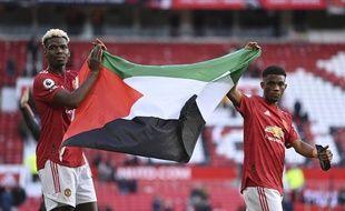 Paul Pogba et Amad Diallo avec le drapeau palestinien, à l'issue du match entre Manchester United et Fulham, le 18 mai 2021.
