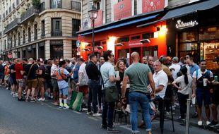 Une soirée rue des Archives à Paris, le 2 juin 2020.