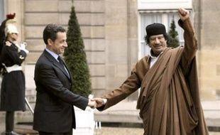 """Le dirigeant libyen Mouammar Kadhafi est arrivé lundi en début d'après-midi à l'aéroport parisien d'Orly pour une visite officielle de cinq jours en France qui déchaîne les critiques, jusqu'au sein du gouvernement, de ceux accusant Paris de sacrifier les principes pour armer le """"guide"""" libyen"""