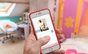 Illustration de l'application Airbnb sur smartphone.