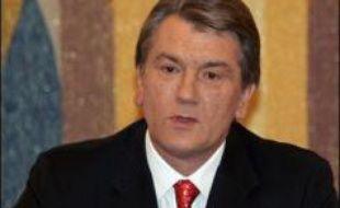 Le président pro-occidental ukrainien Viktor Iouchtchenko a prononcé la dissolution du Parlement et fixé au 27 mai la date des élections législatives anticipées par un décret que le Premier ministre Viktor Ianoukovitch (pro-russe) a demandé dans la nuit de lundi à mardi d'annuler.