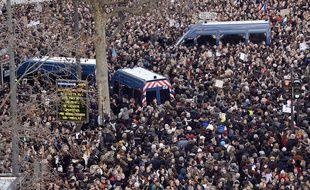 Des véhicules de la gendarmerie au milieu d'une marée humaine le 11 janvier 2015 place de la République à Paris.