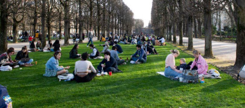 Des Parisiens profitant de la verdure et du soleil au Jardin du Luxembourg avant le couvre-feu, illustration
