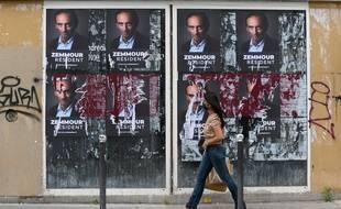 Des affiches en faveur de la candidature d'Eric Zemmour à la présidentielle de 2022, à Paris le 5 juillet 2021.