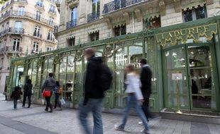 Le pâtissier Ladurée, spécialiste du macaron, lance une gamme de cosmétiques aux tonalités romantiques le 7 octobre en France, avec l'intention de poursuivre le développement international dès que possible.