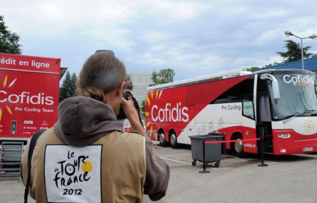 Le bus de l'équipe Cofidis devant l'hôtel des coureurs, le 10 juillet 2012, à Bourg-en-Bresse. – PASCAL PAVANI / AFP