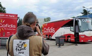 Le bus de l'équipe Cofidis devant l'hôtel des coureurs, le 10 juillet 2012, à Bourg-en-Bresse.