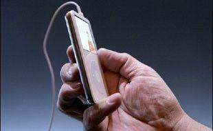 Poursuivi en justice par des propriétaires d'iPod, affirmant souffrir de perte partielle d'ouïe, le groupe informatique Apple a annoncé mercredi la sortie d'un logiciel aux Etats-Unis pour brider le volume sonore de ses célèbres baladeurs musicaux.