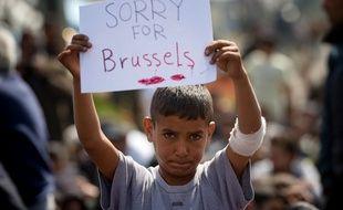 «Désolé pour Bruxelles», lit-on sur la pancarte d'un jeune réfugié syrien, dans le camp d'Idomeni, en Grèce, le 22 mars 2016.