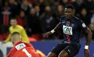 Le défenseur du PSG Serge Aurier (d) face au gardien  de Lyon Anthony Lopes en Coupe de France, le 10 février 2016 au Parc des Princes