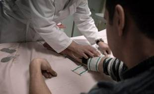 La récente mise en examen d'un médecin du travail dans une enquête sur des salariés victimes de l'amiante, illustre la nécessité de réformer la médecine du travail, une spécificité française créée en 1946, qui peine à relever les nouveaux défis de santé en entreprise.