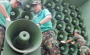 Des haut-parleurs assemblés par la Corée du Sud à sa frontière avec le Nord, en 2004.