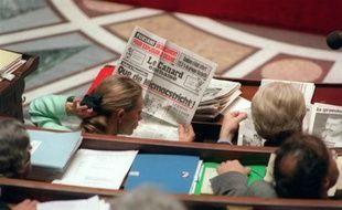 """Elisabeth Guigou, secrétaire d'Etat chargée des Affaires Européennes, lit l'hebdomadaire satirique le Canard Enchaîné qui titre """"Que de Micmacstricht!, lors des débats sur le traité de Maastricht le 13 mai 1992 à l'Assemblée Nationale"""