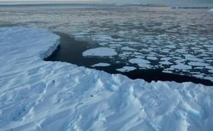 Alors que la banquise arctique fond à vue d'oeil, le réchauffement de la planète se traduit actuellement par une extension de la banquise autour de l'Antarctique, une conséquence possible de la fonte accélérée des glaces qui recouvrent le continent, selon une étude néerlandaise publiée dimanche.