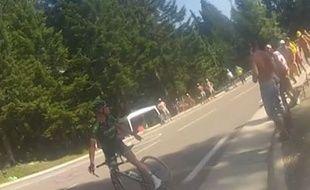 Thomas Voeckler s'arrête dans la montée de Chamrousse et s'énerve contre un spectateur, lors de la 13 étape du Tour de France, le 18 juillet 2014.