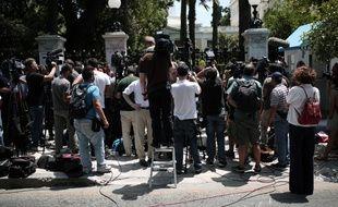 Des journalistes grecs et étrangers devant le parlement à Athènes, en Grèce, illustration
