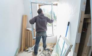 Les cadres de fenêtre trop anciens laissent s'échapper la chaleur. Les professionnels conseillent d'opter pour des fenêtres étanches, et bien sûr du double vitrage.