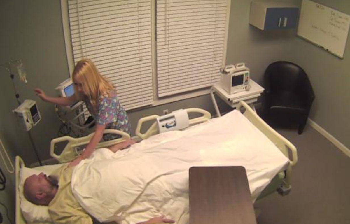 Tom Mabe a fait croire à son ami alcoolique qu'il avait passé 10 ans dans le coma. – DR