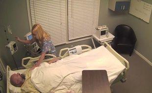 Tom Mabe a fait croire à son ami alcoolique qu'il avait passé 10 ans dans le coma.