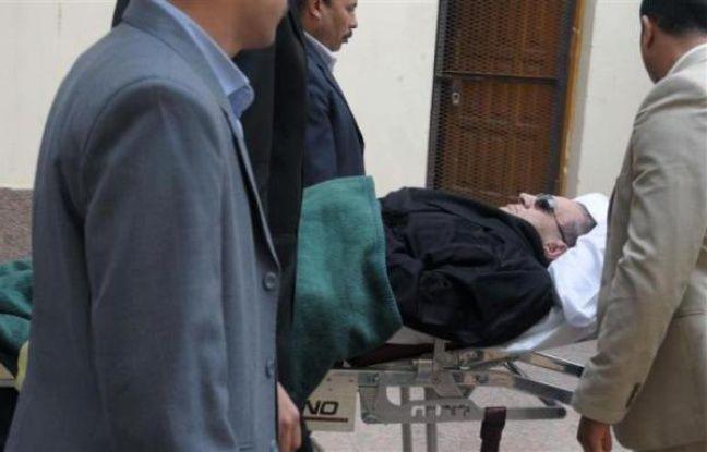 L'ex-président égyptien Hosni Moubarak arrive sur une civière à son procès, au Caire, le 5 janvier 2012.
