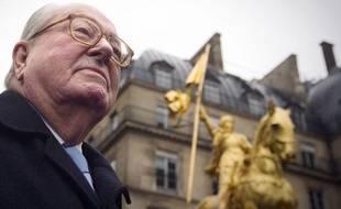 Jean-Marie Le Pen a rendu hommage à Jeanne d'Arc devant sa statue, à Paris, le 7 janvier 2011, comme chaque année.