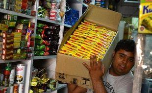 Arrivage de nouilles instantanées dans un magasin de New Delhi, le 3 juin 2015