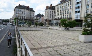 La place du commandant l'Herminier, le long du quai de la Fosse, est boudée par les passants.
