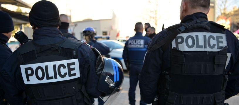 Deux policiers. (illustration)