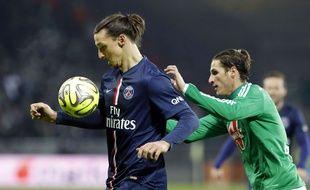 Zlatan Ibrahimovic à la lutte avec Jérémy Clément lors du match entre le PSG et Saint-Etienne le 25 janvier 2015.