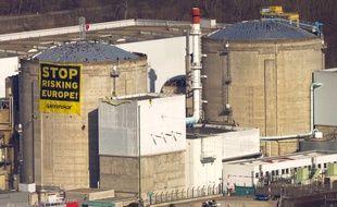 Des militants de Greenpeace déploient une bannière antinucléaire sur le site nucléaire de Fessenheim le 18 mars 2014.