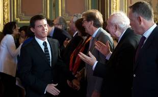 Le Premier ministre, Manuel Valls (PS), salue Guy Tessier (UMP), le président de la communauté urbaine de Marseille et Jean-Claude Gaudin (UMP), le maire de Marseille.